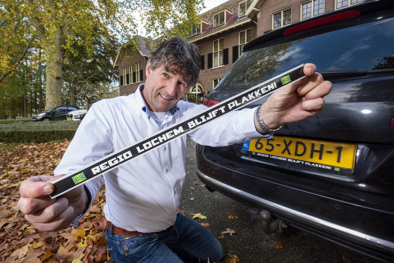 Aanjager Richard Ottenschot van hotel Ehzerwold met de sticker die meer toeristen naar de gemeente Lochem moet lokken.