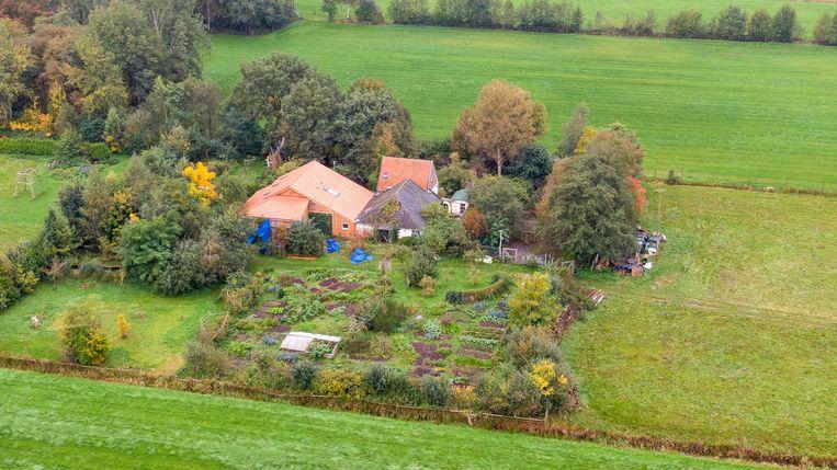 Een dronefoto van de boerderij aan de Buitenhuizerweg in Ruinerwold, waar zes mensen al jaren in de kelder woonden en wachten op 'het einde der tijden'.  Beeld ANP