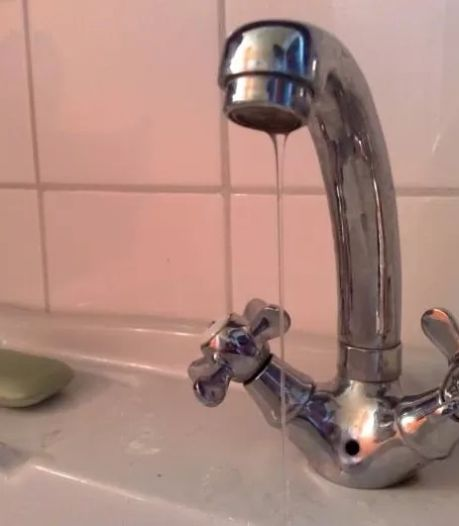 Waterleiding in Dronten gesprongen: gemeente zit uren zonder water
