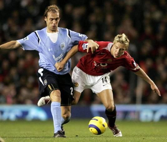 Paul Bosvelt in het shirt van Manchester City (links) in actie tegen  Alan Smith van Manchester United.