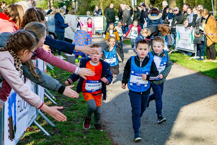 400 kinderen rennen in Colmschate-Zuid zoveel mogelijk rondjes om geld in te zamelen voor kankeronderzoek.