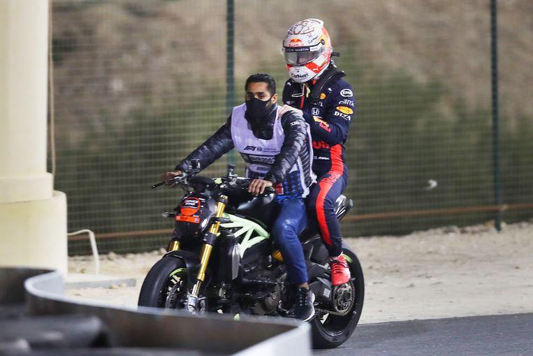 Verstappen wordt teruggebracht naar de pit nadat hij botste. Beeld AFP