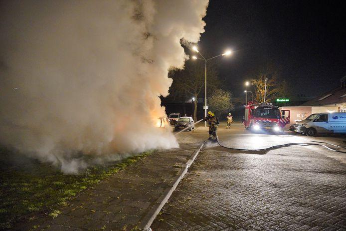 Tijdens het blussen ontstaat in Dukenburg een grote rookpluim.