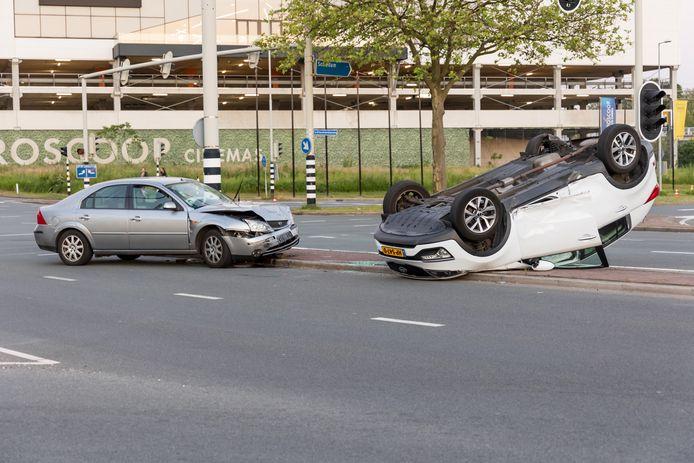 Door nog onbekende oorzaak botsten twee auto's tegen elkaar aan.