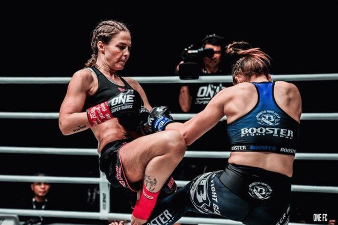 Jorina Baars (links) in actie bij ONE Championship