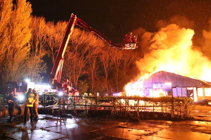 De brandweer kon niet voorkomen dat de houthandel volledig afbrandde.