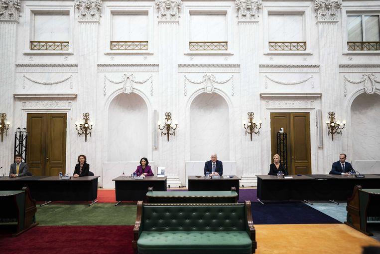 De commissie tijdens de presentatie van het eindverslag van de parlementaire ondervragingscommissie Kinderopvangtoeslag. Beeld ANP
