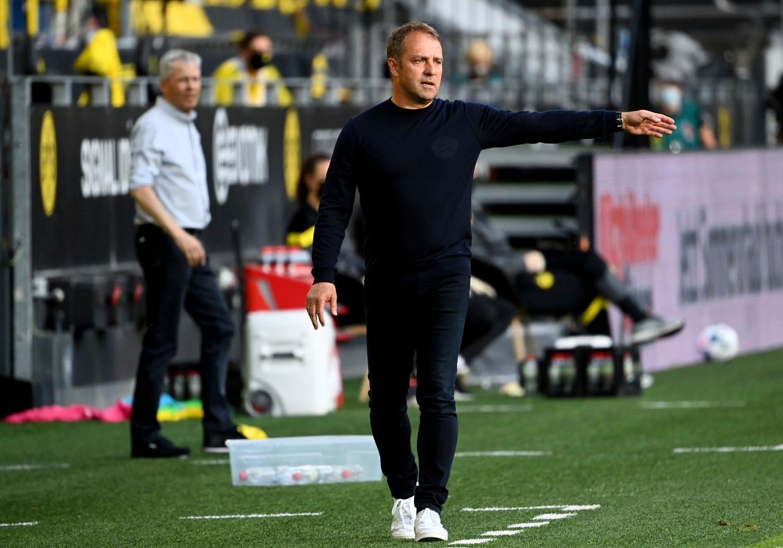 Coach Hansi Flick geeft aanwijzingen tijdens de topper Dortmund-Bayern. Beeld Photo News