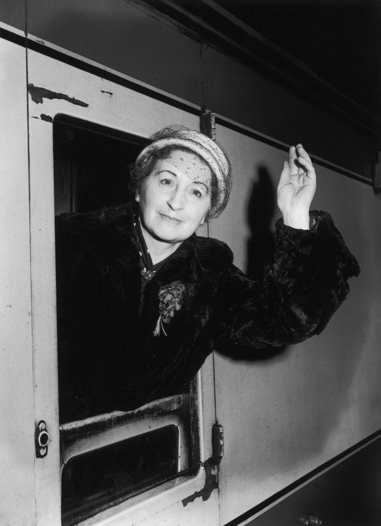 Vera Brittain in Euston Station, Londen, 1956.  Beeld Getty Images