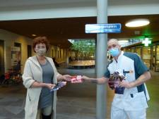 Nijkerkse Ingrid doneert 3500 ansichtkaarten aan medewerkers Meander Medisch Centrum