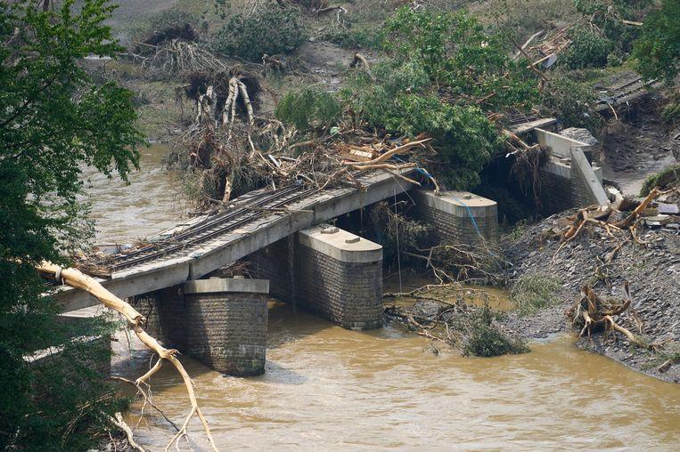 Een beschadigde spoorbrug in Walporzheim. Beeld Thomas Frey/dpa
