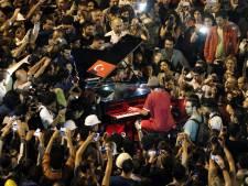 Duitse muzikant kalmeert demonstranten met zijn piano