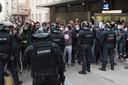 De politie pakte tientallen studenten op die de arrestatie wilden verhinderen.