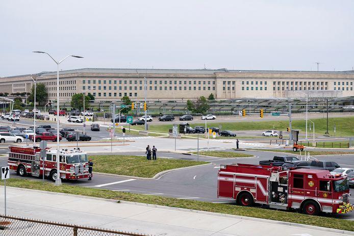 Ambulances, brandweerwagens en politiewagens aan het Pentagon.