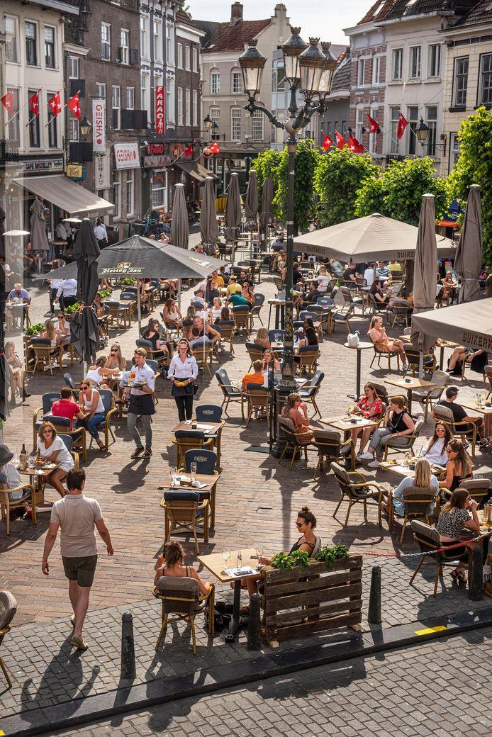 Genietende mensen tijdens Pinksteren op de Havermarkt in Breda.