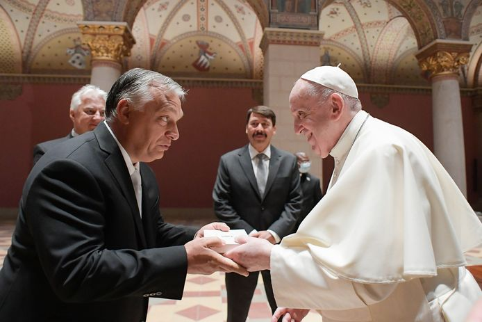 De Hongaarse premier Viktor Orbán (links), de Hongaarse president Janos Ader (midden) en paus Franciscus (rechts).