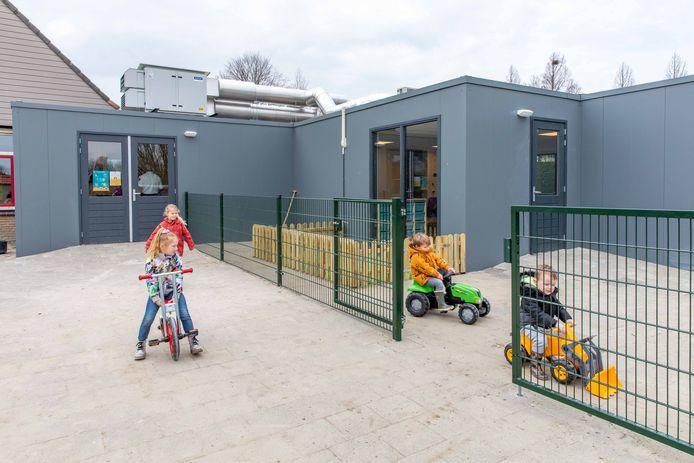 Nu de nieuwe aanbouw van Kibeo in gebruik is genomen, mag De Welle zich een kindcentrum noemen. De kleuters van de school (links) en de peuters van Kibeo (rechts) hebben nog wel ieder een eigen plein.