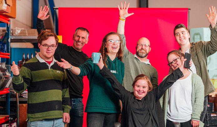 BREDA - Het hele team van Nora Werkt werkt mee aan het maken van 2000 kerstpakketten. Breda Maakt Mij Blij helpt met de verkoop van de pakketten.
