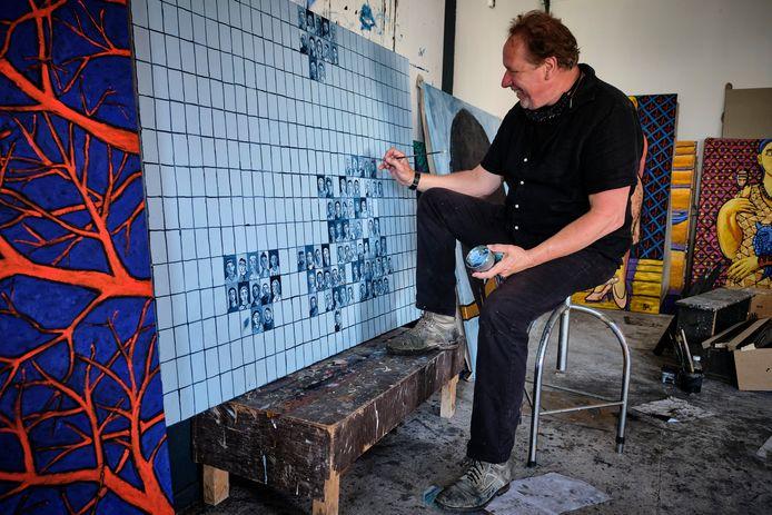 Jacques Tange werkt in zijn atelier aan No. 1, zijn nieuwste schilderij.
