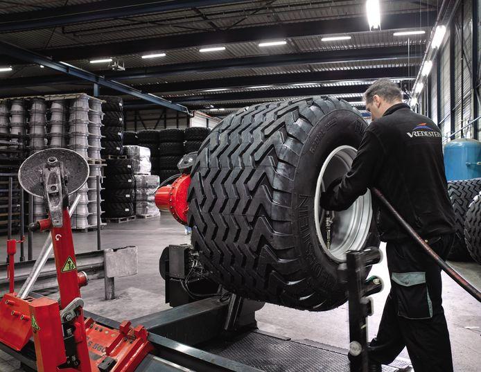 Productie van banden in de fabriek in Enschede.