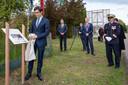 De Franse ambassadeur Vassy onthult bij de brug in Diessen een gedenkplaat. Met achter hem Wil Vennix en burgemeester Evert Weys.