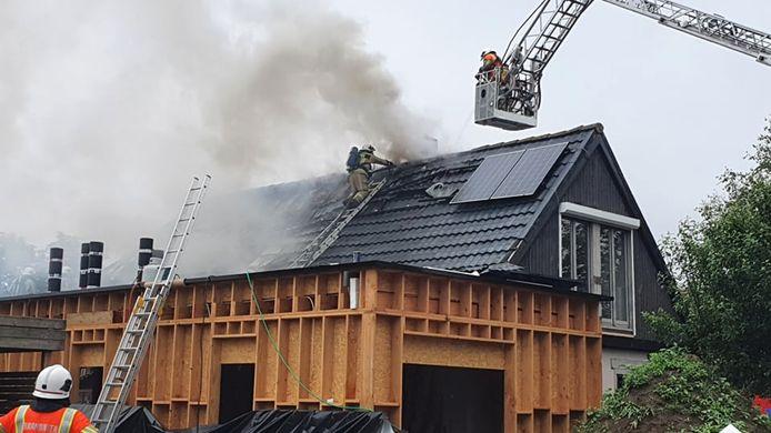 Een zware dakbrand treft een woning in de Nieuwmolkenkaasstraat in Diksmuide, die net in renovatie is.