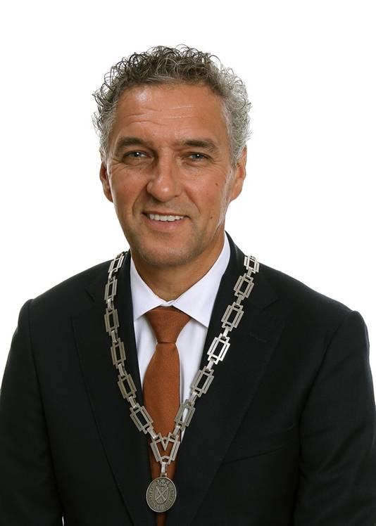 Persfoto van Hans Teunissen met de ambtsketen van Gennep.