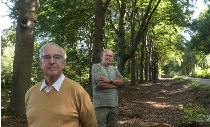 Op de voorgrond eigenaar Maarten Stratenus, achter hem Gerard Koopmans van de Bosgroep Midden-Nederland.