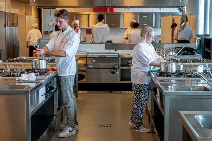 Studenten aan het werk bij de ROC horeca opleiding in Nijmegen.