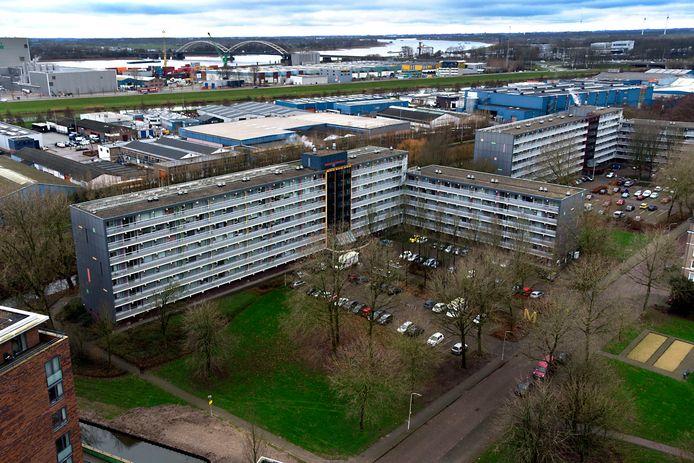 De Munterflat op de voorgrond en de naastgelegen Tichelaarflat worden samen met nog enkele andere hoogbouwcomplexen van Poort6 aangesloten op een warmtenet.