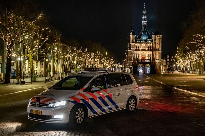 De politie controleert tijdens de avondklok in Deventer.