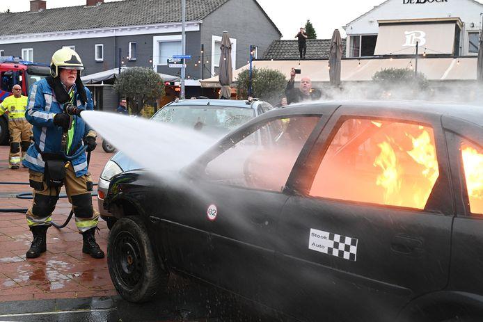 Burgemeester Karel van Soest nam eerder deze week afscheid van de brandweer, onder meer met het blussen van een autobrand.
