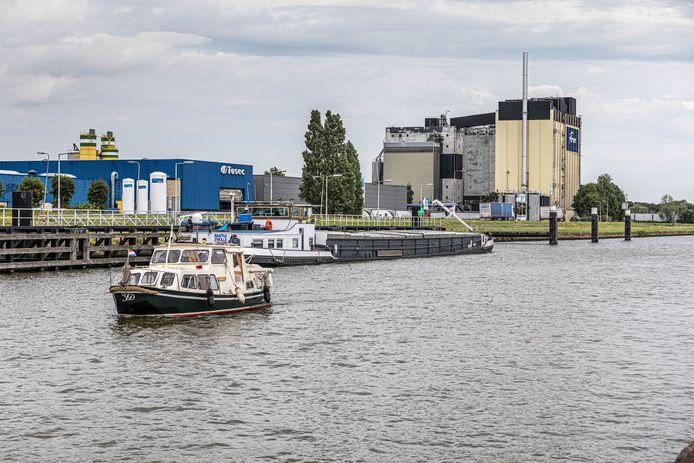 Recreanten passeren het schip met giftige stoffen in Zwolle.