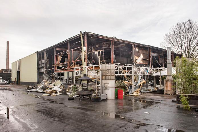 De ravage een dag na de brand bij De Faam en Tref Paintball.