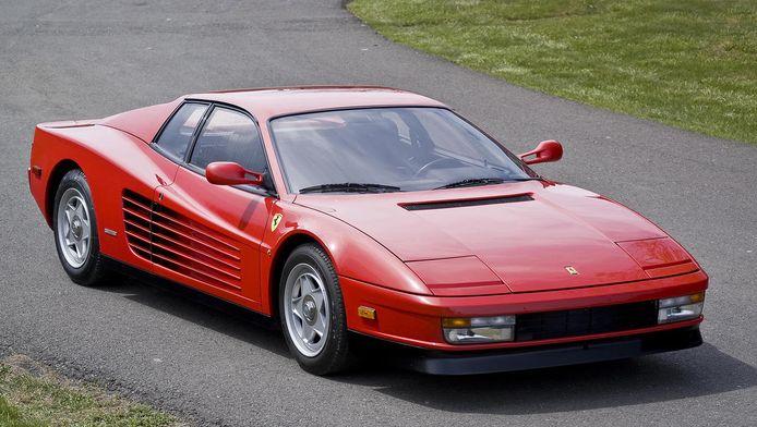 Een vuurrode Ferarri Testarossa, de iconische sportwagen uit de jaren 80.