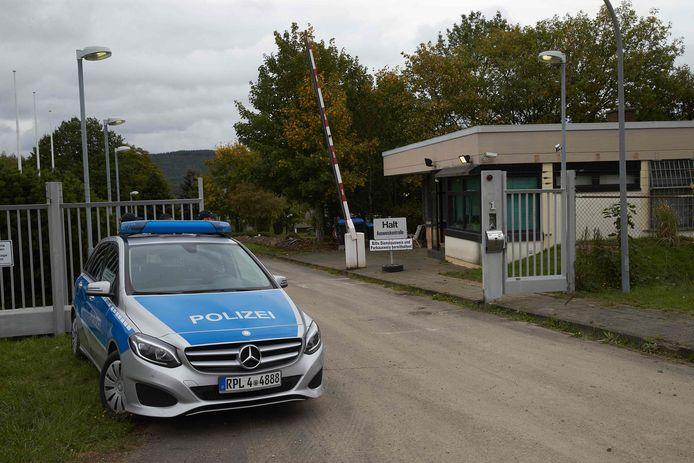 De Duitse politie vandaag voor het terrein waar de voormalige NAVO-bunker staat. Een 59-jarige Nederlander is vermoedelijk de drijvende kracht achter het ontdekte datacentrum daar. Hij zou er een zogeheten 'bulletproof host' hebben gerund, een server die gebruikers uit het zicht van justitie moet houden.