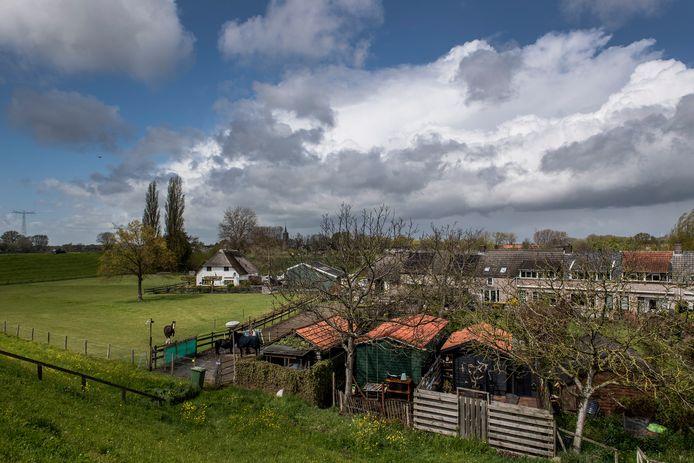 De tuinen en schuurtjes langs de Donkerstraat in Heesselt worden gespaard dankzij aanpassing van de  plannen voor de Waaldijk.