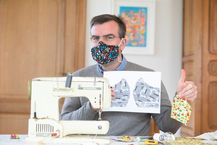 Dokter Jan Vanderkerken naait zelf mondmaskers.