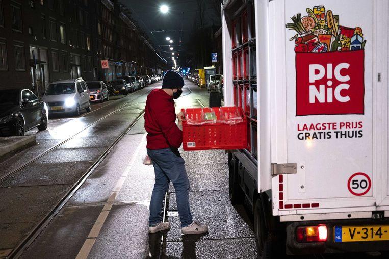 Een Picnicbezorger levert boodschappen af bij een klant.  Beeld ANP