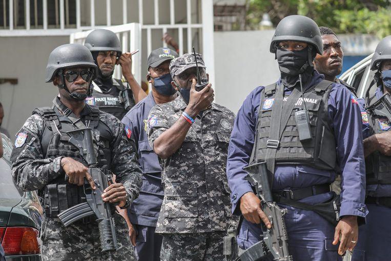 Gewapende politieagenten aan het politiekantoor in Port-au-Prince waar de verdachten van de moord op president  Jovenel Moïse worden vastgehouden. Beeld AFP