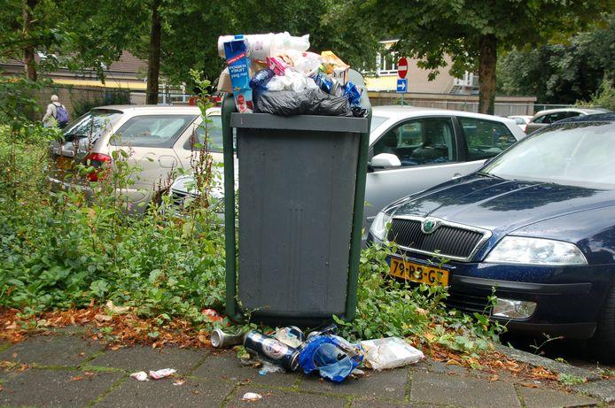 Overvolle afvalbakken met afval ernaast zoals hier elders in Nederland, zijn ook in Heusden een bekend verschijnsel.