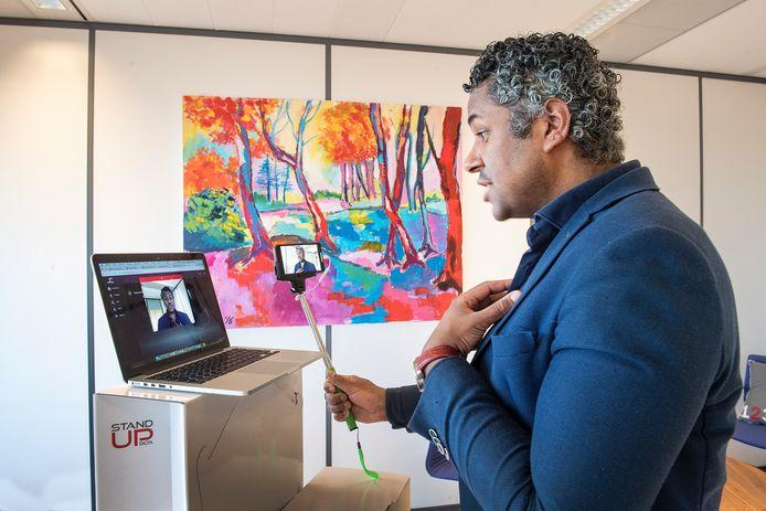 James Timmermans van JamesConnects laat zien hoe met behulp van een selfiestick een videoboodschap te maken is.