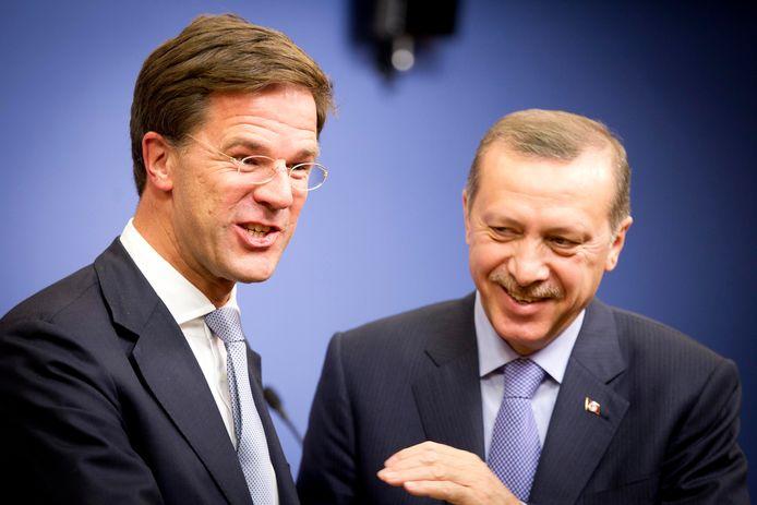 Minister-president Mark Rutte en zijn Turkse collega Tayyip Recep Erdogan in betere tijden. Rutte wil de banden weer aanhalen.
