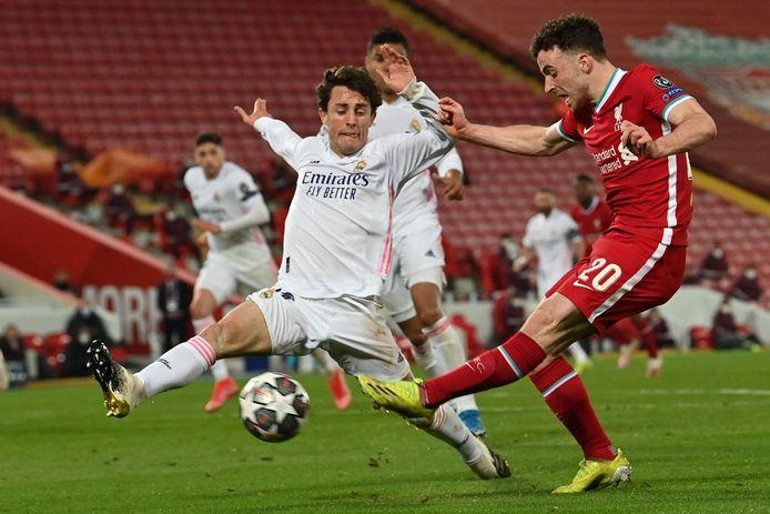 Alvaro Odriozola probeert een schot van Diogo Jota te blokkeren.