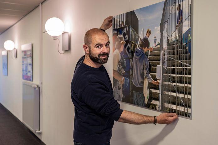 David Legrève hing zijn beelden eigenhandig op in De Pit.