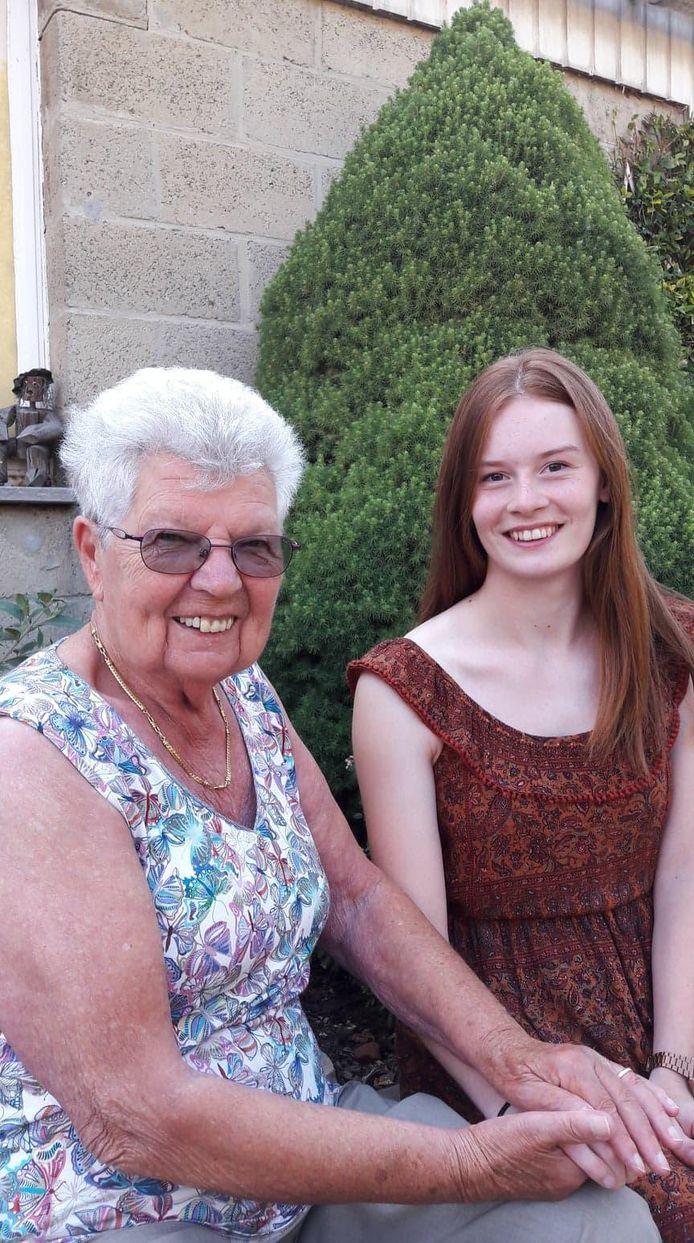 Anna Van Impe en Britt De Jonge, de oudste en jongste kandidate van N-VA Denderleeuw tijdens de vorige gemeenteraadsverkiezingen. Het verschil tussen beide kandidates bedroeg bijna 76 jaar.
