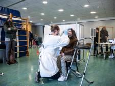 Coronatest op Millingse school: een muur van gymmatten voor de privacy