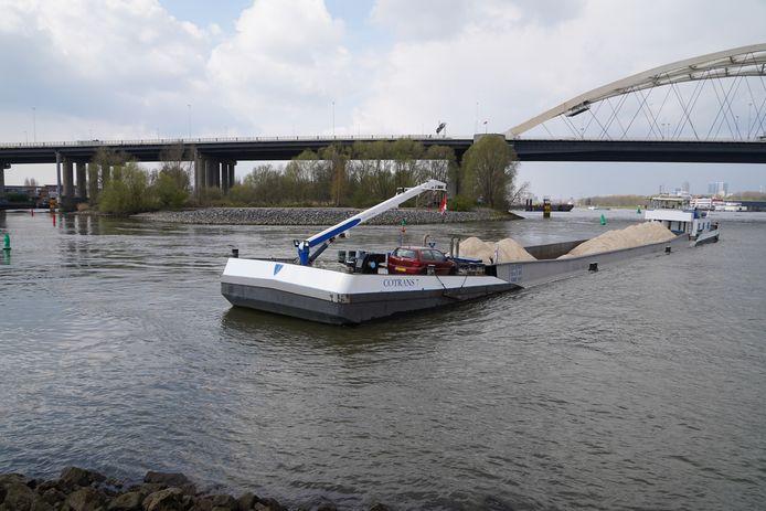 Het schip strandde op een zandbank bij de Van Brienenoordbrug en moest wachten op hoog water.