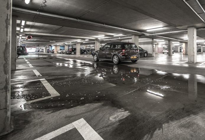 Plassen water op de vloer als gevolg van lekkages in de parkeergarage van winkelcentrum Stadshagen. foto Frans Paalman