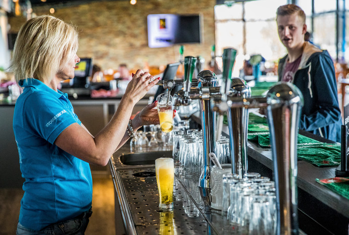 De kantine van voetbalclub SDC Putten. Barvrijwilligers moeten er voor zorgen dat niemand onder de 18 jaar bier krijgt.